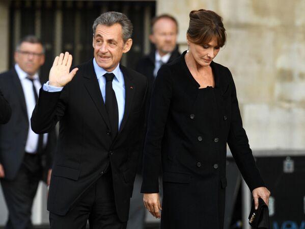 Экс президент Франции Николя Саркози с супругой Карлой Бруни перед началом траурной церемонии прощания с бывшим президентом Франции Жаком Шираком у церкви Сен-Сюльпис