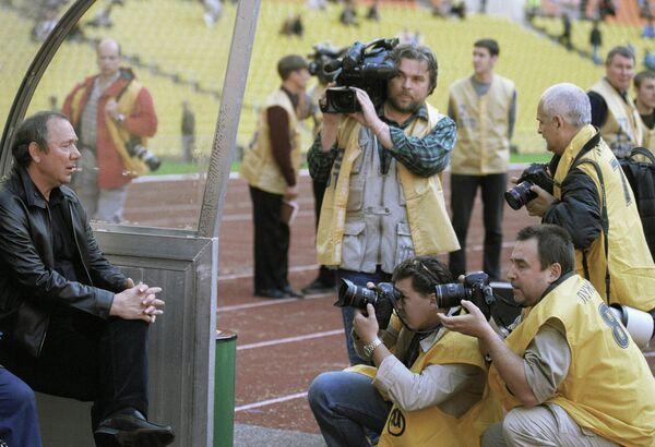 Журналисты и фотокорреспонденты атакуют главного тренера футбольной команды Спартак (Москва) Олега Романцева (слева) после окончания его последнего матча на этом посту Спартак - Сатурн - REN-TV.