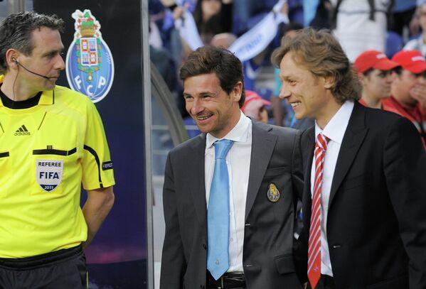Главные тренеры Порту и Спартака Андре Виллаш-Боаш (второй справа) и Валерий Карпин (справа)