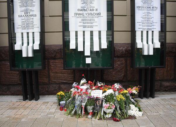 Цветы у здания театра Ленком в Москве, где проходит церемония прощания с режиссером Марком Захаровым