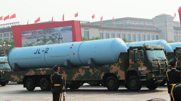 Двухступенчатая твердотопливная баллистическая ракета JL-2 (Цзюйлан) на военном параде, приуроченном к 70-летию образования Китая, в Пекине