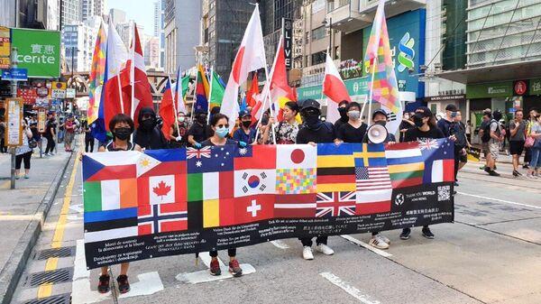 Участники акции протеста в торговом районе Causeway Bay в Гонконге