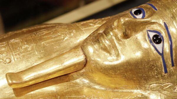 Позолоченный саркофаг древнеегипетского жреца в Национальном музее египетской цивилизации в Каире. 1 октября 2019