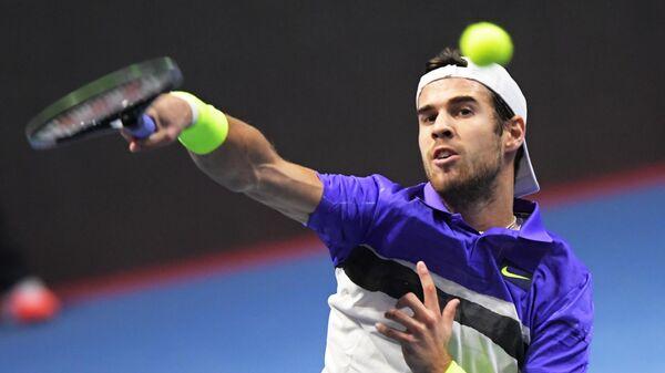 Карен Хачанов (Россия) в матче одиночного разряда среди мужчин против Жоау Соуза (Португалия) на теннисном турнире St. Petersburg Open 2019 в Санкт-Петербурге.