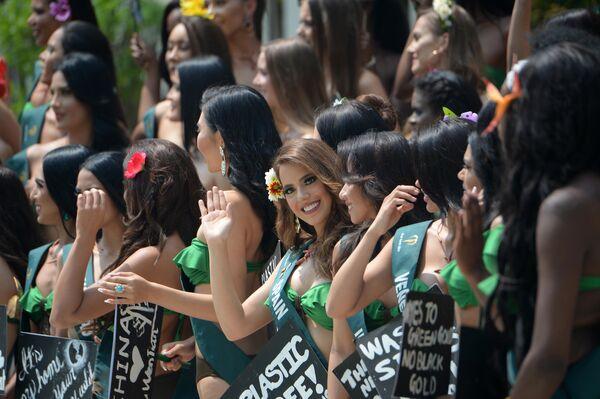 Претендентка из испании на звание Мисс Земля 2019 с плакатом в защиту планеты