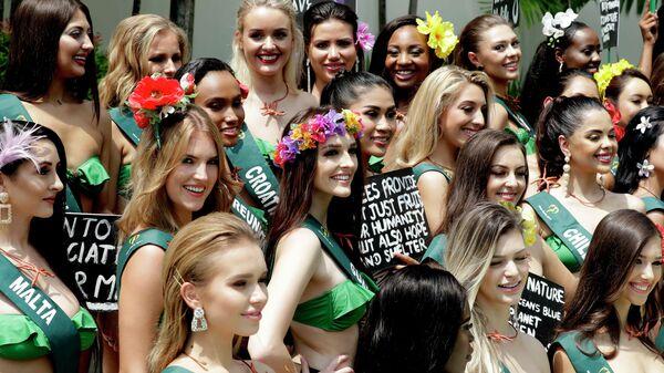 Претендентки на звание Мисс Земля 20019 с плакатами в защиту планеты
