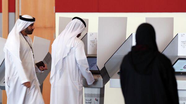 Голосование на избирательном участке в эмирате Умм-эль-Кайвайн