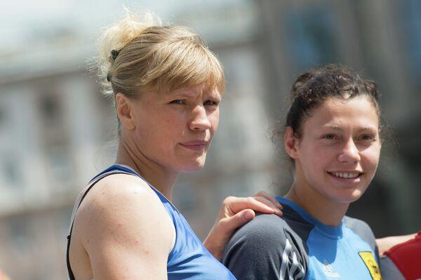 Российские спортсменки, члены олимпийской сборной по боксу Надежда Торлопова и Софья Очигава (слева направо).