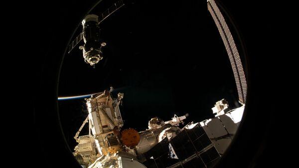 Корабль Союз МС-12 рядом с  Международной космической станцией