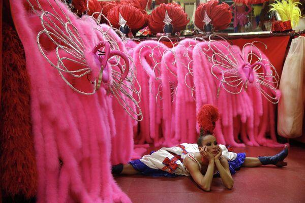 Танцовщица разминается  перед выступлением в шоу Феерия в Мулен Руж, Париж
