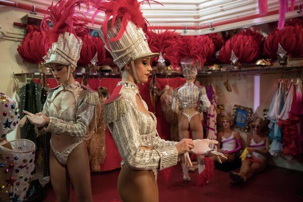 Танцовщицы за кулисами в Мулен Руж в Париже, Франция