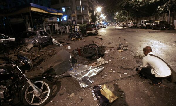 Последствия взрывов на одной из улиц Мумбаи