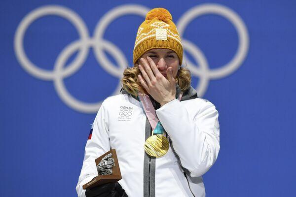 Золотая медалистка Анастасия Кузьмина (Словакия) во время церемонии награждения на зимних Олимпийских играх 2018 года в Пхенчхане