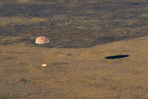 Посадка спускаемого аппарата пилотируемого космического корабля Союза МС-12 с тремя членами экипажа МКС