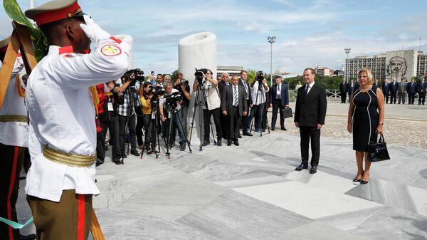 Председатель правительства РФ Дмитрий Медведев на церемонии возложения венка к монументу Хосе Марти в Гаване. 3 октября 2019