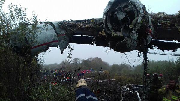 Спасатели на месте аварийной посадки самолета Ан-12 на Украине