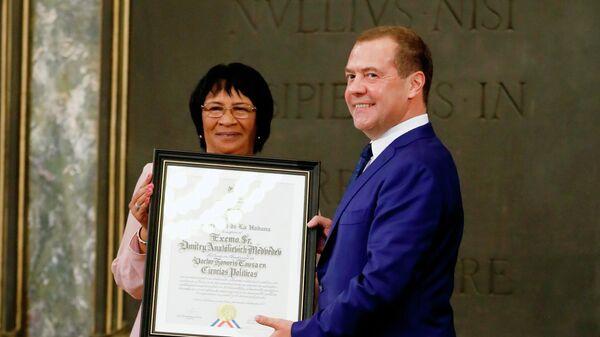 Премьер-министр России Дмитрий Медведев на церемонии присуждения степени Почетного доктора политических наук Гаванского университета на Кубе.  4 октября 2019