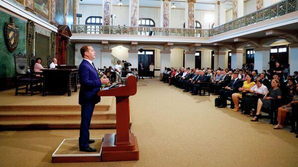 Премьер-министр России Дмитрий Медведев выступает на церемонии присуждения ему степени Почетного доктора политических наук Гаванского университета на Кубе