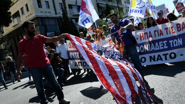 Участники антиамериканской акции протеста в Афинах, Греция. 5 октября 2019