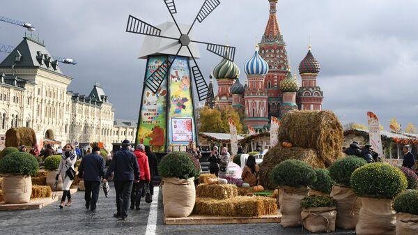 Площадка гастрономического фестиваля Золотая осень на Красной площади в Москве