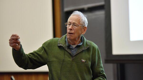 Ученый Джеймс Пиблз на  лекции   в Принстонском университете штат Нью-Джерси, США