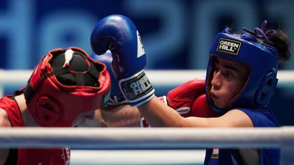Слева направо: Кэрис Эртингстолл (Англия) и Мижгона Самадова (Таджикистан) в поединке отборочного этапа в весовой категории до 57 кг на чемпионате мира по боксу AIBA среди женщин в Улан-Удэ.