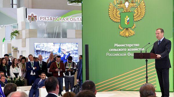 Председатель правительства РФ Дмитрий Медведев выступает на церемонии открытия 21-й Российской агропромышленной выставки Золотая осень на ВДНХ