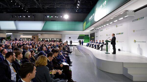 Дмитрий Медведев выступает на пленарном заседании Зелёный бренд. Произведено в России: перспективы на глобальном продовольственном рынке на ВДНХ