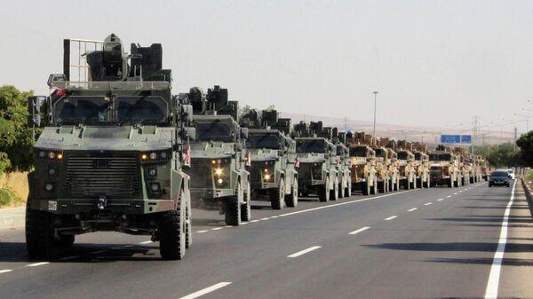 Колонна турецкой военной техники на турецко-сирийской границе