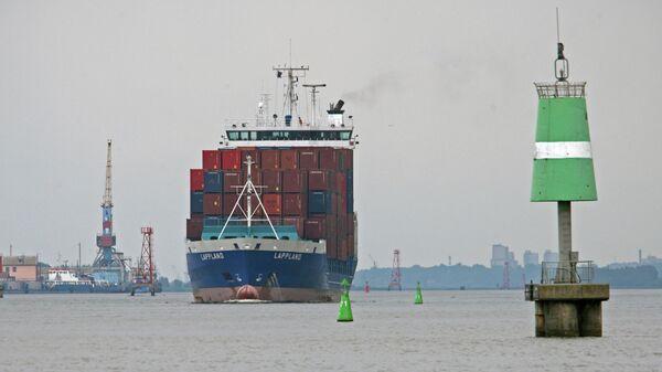 Контейнеровоз проходит Калининградский морской канал у Калининградского морского торгового порта
