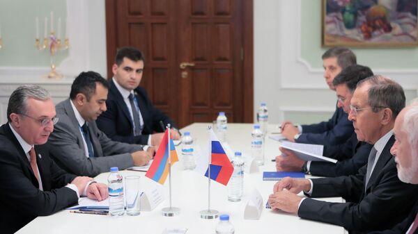 Министр иностранных дел РФ Сергей Лавров и министр иностранных дел Армении Зограб Мнацаканян (слева) во время встречи в Ашхабаде