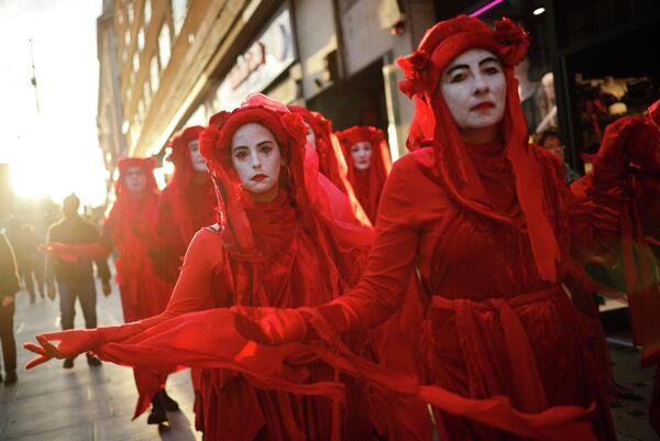 Протестующие в костюмах на Оксфорд-стрит в Лондоне. 6 октября 2019 года
