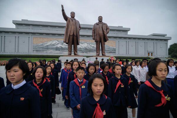 Студенты на холме Мансу по случаю 74-й годовщины образования Трудовой Партии Кореи