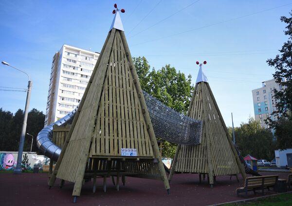 Благоустроенная детская игровая площадка во дворе на улице Лескова в Москве