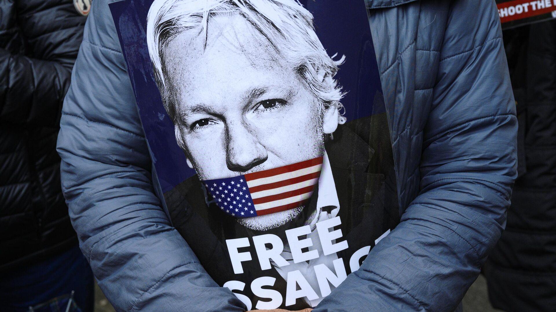 Плакат в руках активиста во время акции в поддержку Джулиана Ассанжа около здания Вестминистерского Суда в Лондоне - РИА Новости, 1920, 20.01.2021