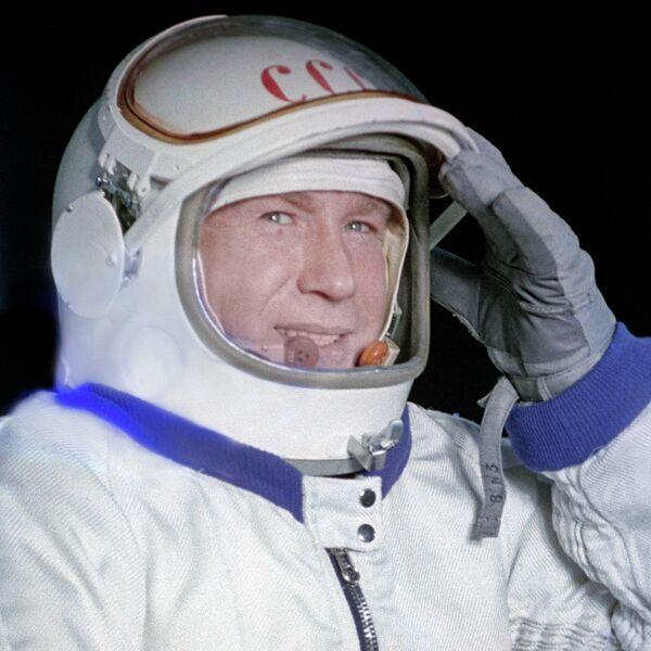 Космонавт Алексей Леонов в скафандре