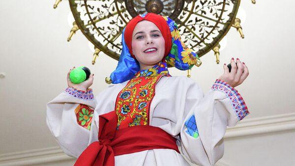 Девушка в костюме скомороха, выставка Час потехи