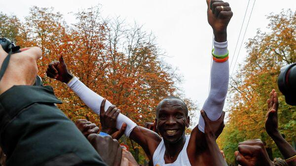 Кенийский легкоатлет Элиуд Кипчоге после марафона в Вене