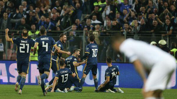 Футболисты сборной Боснии и Герцеговины радуются забитому мячу