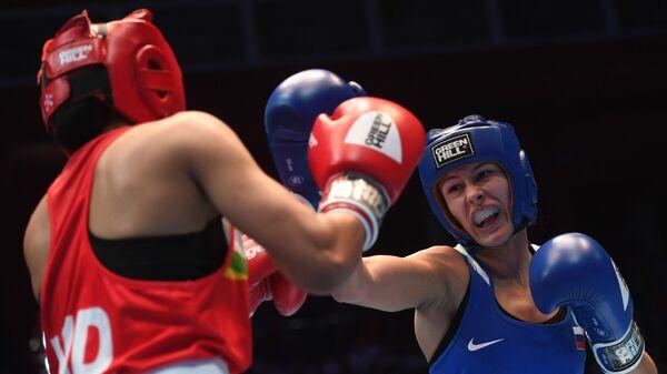 Справа налево: Екатерина Пальцева (Россия) и Mанджу Рани (Индия) в финальном поединке в весовой категории до 48 кг на чемпионате мира по боксу AIBA среди женщин в Улан-Удэ.