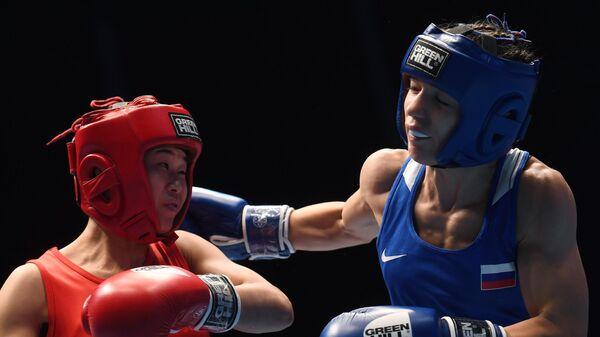 Справа налево: Лилия Аетбаева (Россия) и Пан Чхоль Ми (КНДР) в поединке полуфинала в весовой категории до 51 кг на чемпионате мира по боксу AIBA среди женщин в Улан-Удэ.