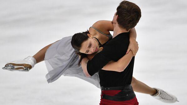 Бетина Попова и Сергей Мозгов (Россия) выступают с произвольной программой в соревнованиях среди танцевальных пар на турнире Finlandia Trophy 2019 по фигурному катанию в Эспоо.