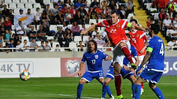 Нападающий сборной России Артем Дзюба (в центре)