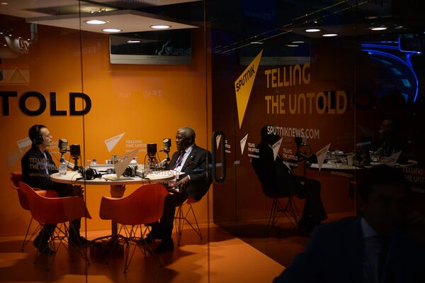 Президент Международного фонда сельскохозяйственного развития Организации Объединенных Наций Канайо Нванзе (справа) в студии радио Sputnik на XIX Петербургском международном экономическом форуме