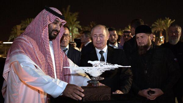 Президент РФ Владимир Путин дарит изделие из бивня мамонта, найденого в Якутии, наследному принцу Саудовской Аравии, министру обороны королевства Саудовская Аравия Мухаммеду бен Сальман аль Сауду