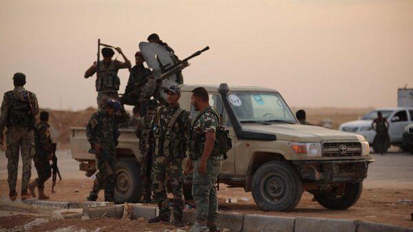 Сирийские военные на территории военного аэропорта Табка в провинции Ракка