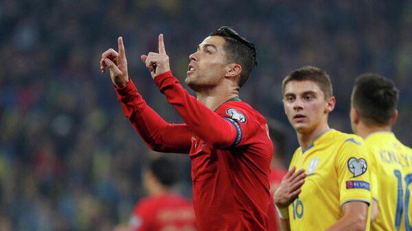 Нападающий сборной Португалии Криштиану Роналду (на первом плане)
