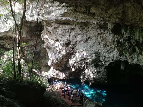 Туристы в пещере в нацпарке LosTresOjos