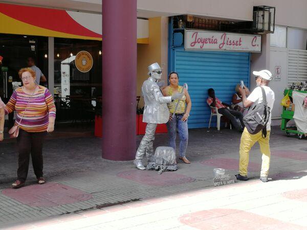 Санто-Доминго. Туристы на бульваре Эль Конде