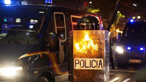 Сотрудники полиции во время акции протеста на одной из улиц Барселоны